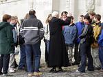 Schweiz - Einsiedeln: Pater mit Gruppe bei einer Besichtigung. F�hrung. � Patrick L�thy/IMAGOpress.com